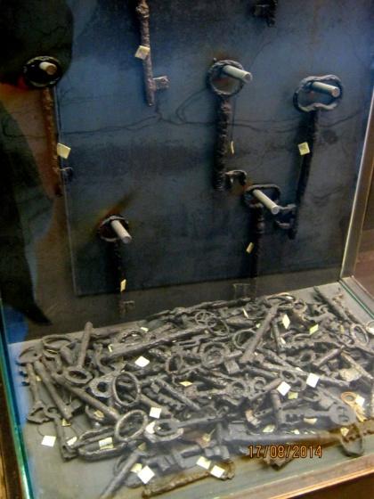 Muzeum w Bełżcu - gablota z kluczami